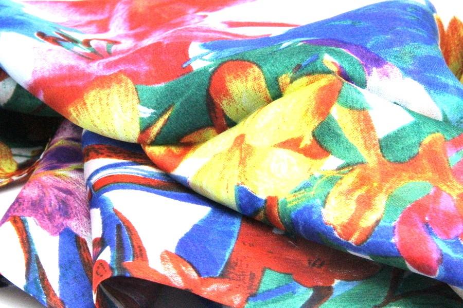 45ac5de905cb Grand foulard gris argenté fleuri en soie pour femme