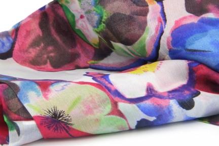 Foulard en soie motifs papillon exotiques