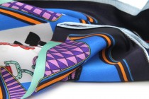 Foulard en soie motif ethnique imprimé plumes