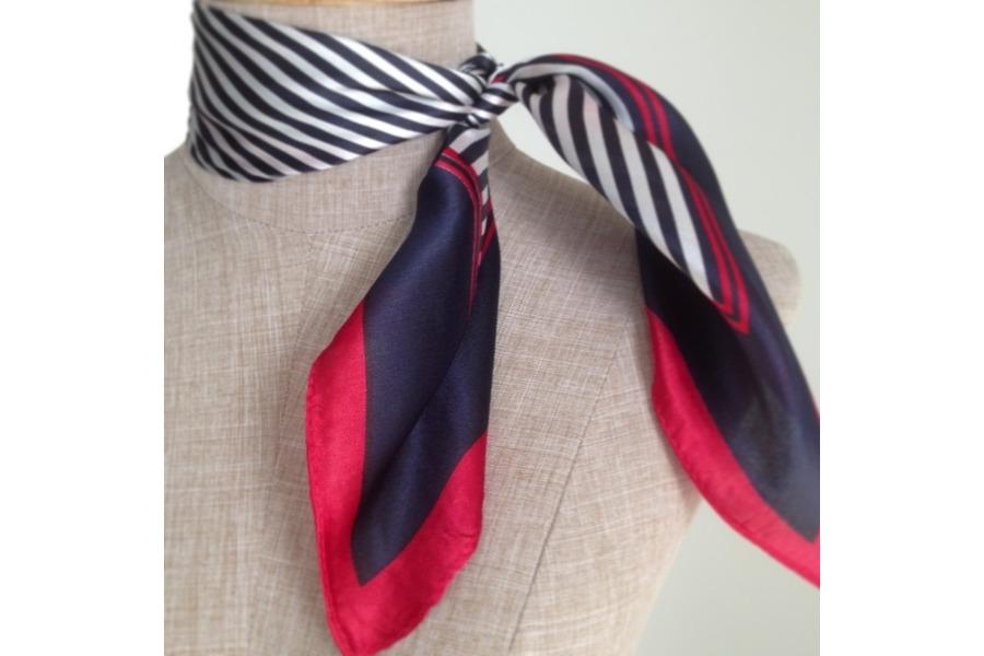 Princesse foulard vous envoie votre carré en soie dans une belle pochette  en satin, idéal pour un cadeau et pour ranger et protéger votre joli foulard . f801fcb1704