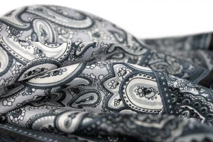 Comment mettre un anneau de foulard - Comment porter un petit foulard carre ...