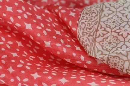 Comment faire un noeud plat avec un foulard - Comment porter un petit foulard carre ...
