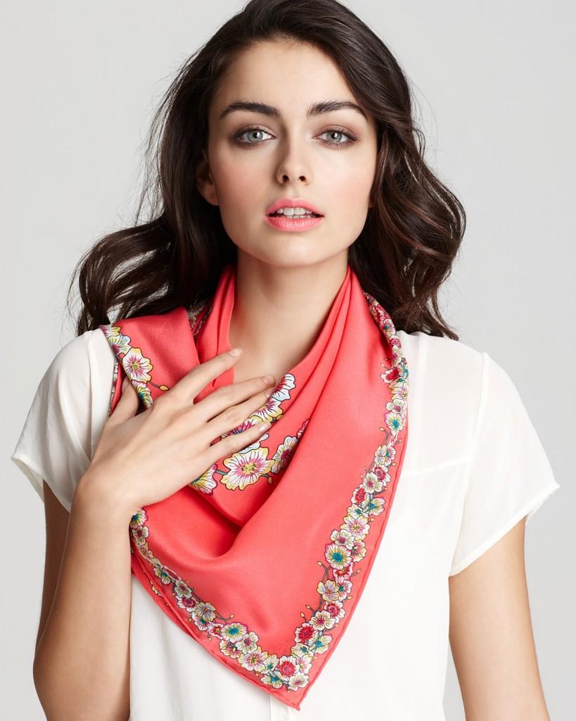 Nouer et attacher un foulard en soie