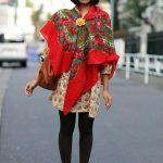 Comment porter, nouer et mettre une écharpe carrée à grosse maille ?