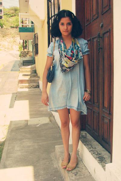 foulard avec une robe