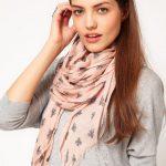 Comment porter et mettre un long grand foulard rectangle autour du cou ?