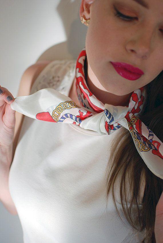 Comment mettre nouer porter un foulard carr pour une femme - Comment porter un petit foulard carre ...
