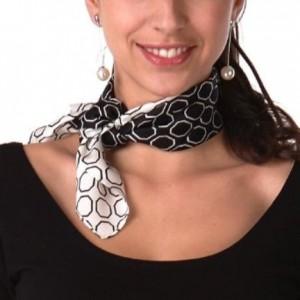 foulard en soie autour du cou