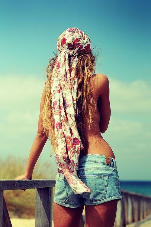 foulard plage dans les cheveux