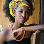 Nouer porter, attacher, mettre un foulard cheveux africain afro