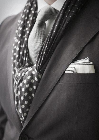 porter echarpe avec costume