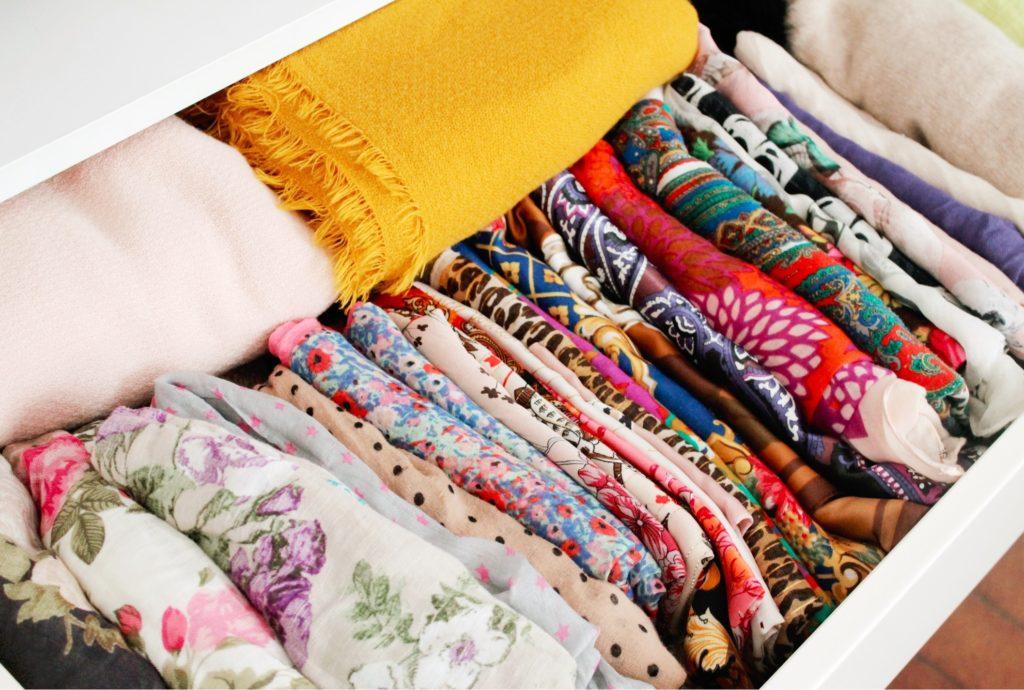 Astuce de rangement pour foulards et echarpes