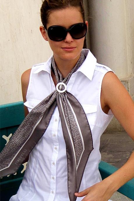 comment attacher un foulard extra long et tr s fin. Black Bedroom Furniture Sets. Home Design Ideas