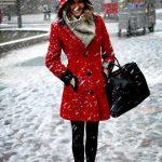 Quel foulard avec un manteau rouge pour femme ?