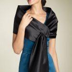 Comment mettre une étole en soie ou fourrure sur les épaules ?