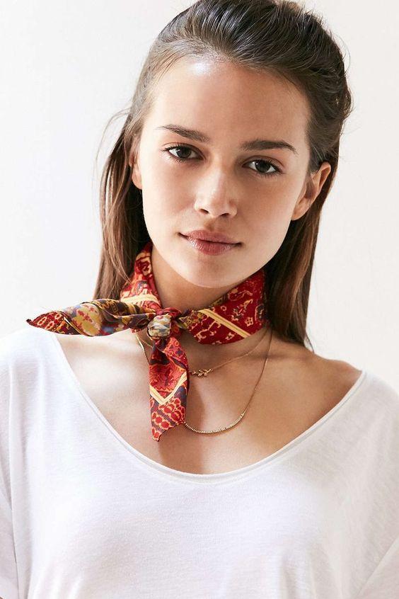 Il existe mille et un pliages différents pour tous les moments de votre  vie. En savoir plus sur nouer un foulard triangle. 32fdee2d0e5