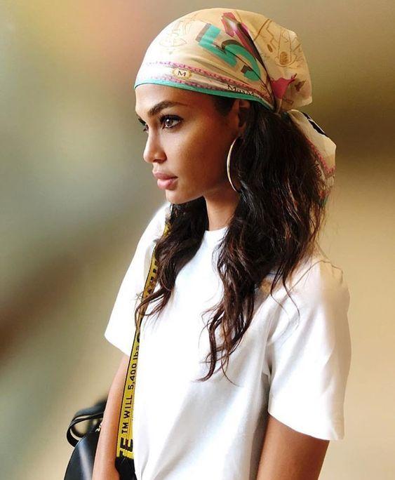 Voici quelques idées coiffures pour les femmes aux cheveux longs et comment  nouer un foulard africain. 85a228735d7