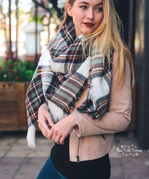 ab6be430dcf8 La maxi grosse écharpe en laine c est la grande tendance cet hiver, il vous  en faudra une absolument dans votre garde robe. Mais comment mettre et  porter ...